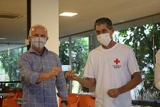 """Campanha """"Juntos de Coração"""" faz doação de 300 cartões de compras à Cruz Vermelha"""
