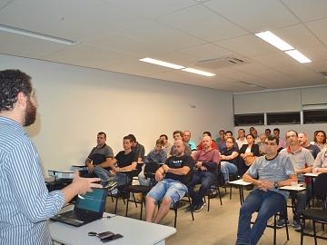 Empresários do setor de oficina mecânica recebem orientações sobre marketing digital